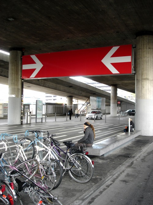 Wayfinding and Typographic Signs - signage-arrows-zurich