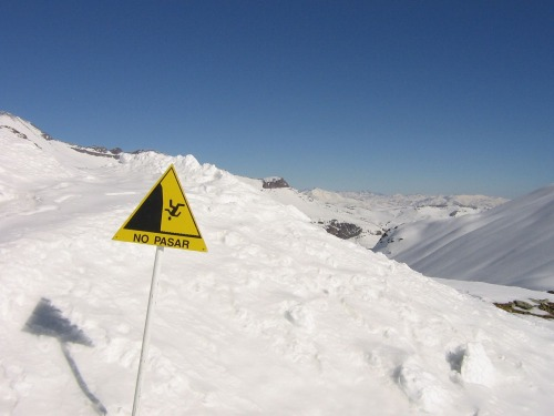 Wayfinding and Typographic Signs - steep-consequences-for-passing-in-chile