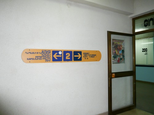 Wayfinding and Typographic Signs - hostpital-floor-sign