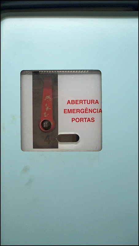 Wayfinding and Typographic Signs - lisbon-metro-emergency-break
