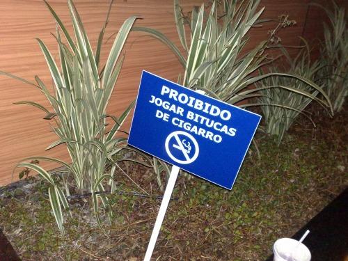 Wayfinding and Typographic Signs - proibido-jogar-bitucas-de-cigarro