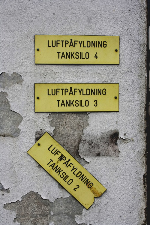 Wayfinding and Typographic Signs - air-filling