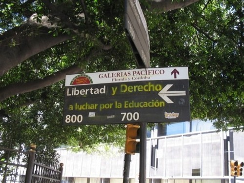 Wayfinding and Typographic Signs - protesta-peatonal