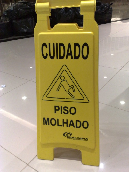 Wayfinding and Typographic Signs - piso-molhado