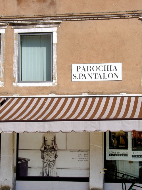 Wayfinding and Typographic Signs - parroquia-san-pantalon-venezia