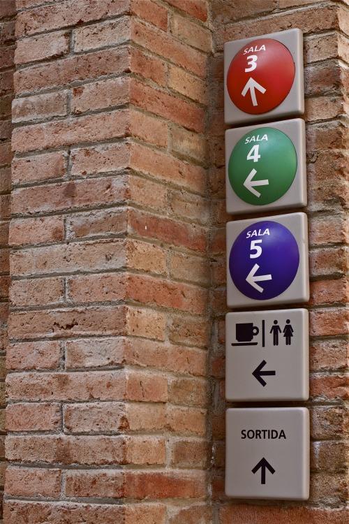 Wayfinding and Typographic Signs - caixa-forum-salas