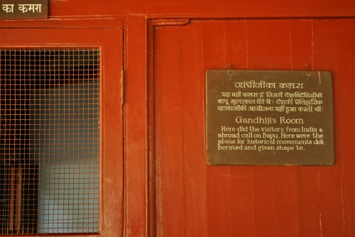 Wayfinding and Typographic Signs - gandhis-room