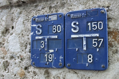 Wayfinding and Typographic Signs - wasser-nr-label