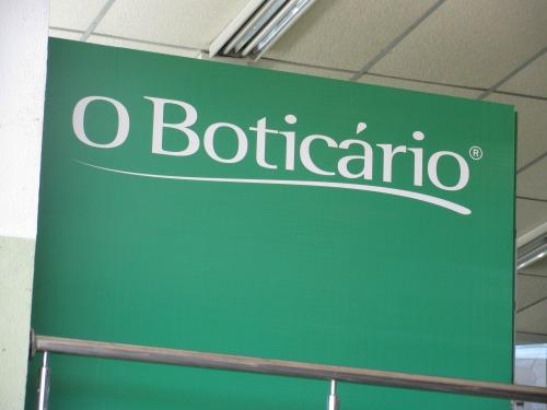 Wayfinding and Typographic Signs - o-boticario