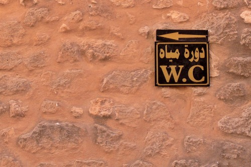 Wayfinding and Typographic Signs - tunisian-toilette
